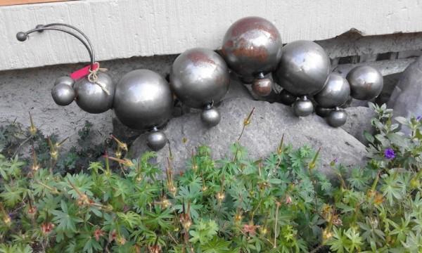 Raupe aus Metallkugeln lackiert mit Rostansätzen groß